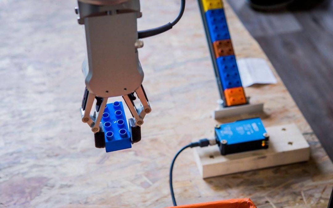 Prezentacja robota UR-10 w szkole O! MEGA